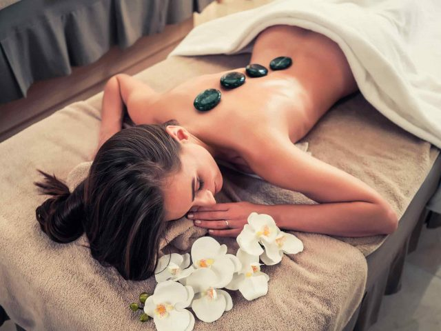 https://institut-beaute-lecannet.fr/wp-content/uploads/2018/10/spa-stone-massage-3-640x480.jpg